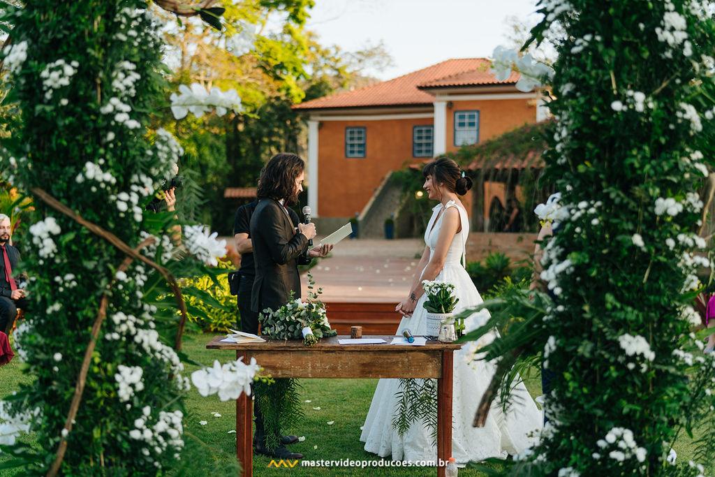 Becky e Regis | Casamento de conto de fadas na Fazenda Dona Inês com decoração Flor Brasileira