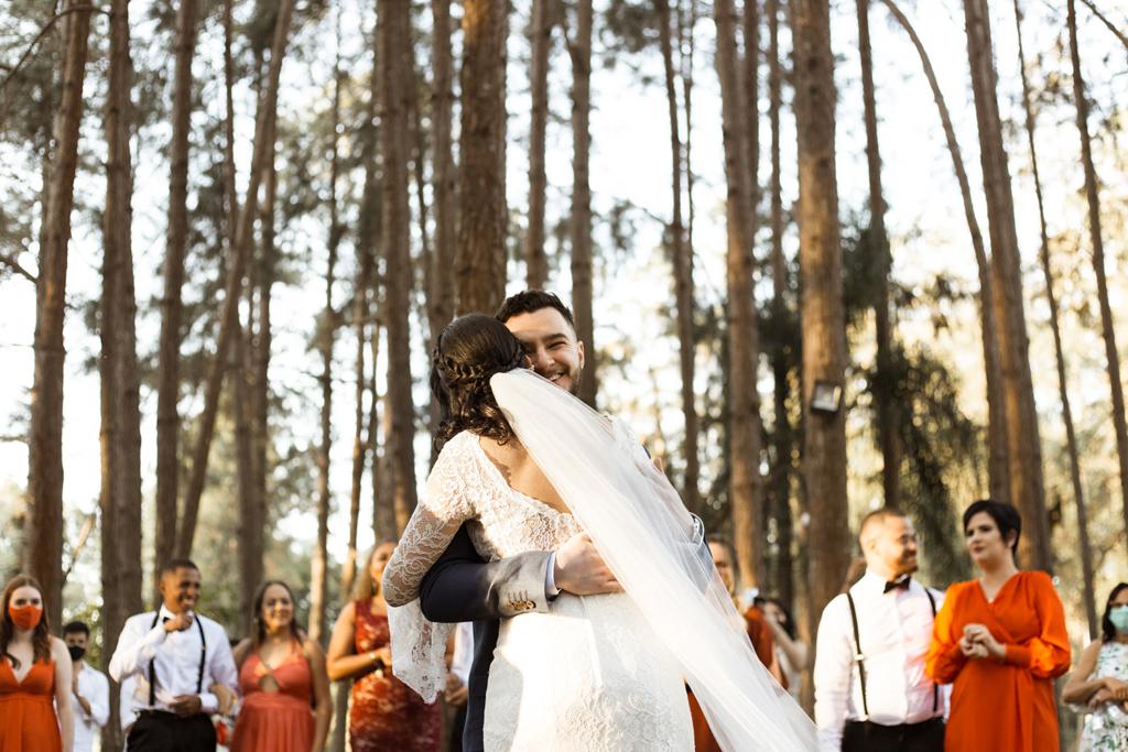 Bianca e Lucas | Casamento boho com paleta coral por Flor Brasileira