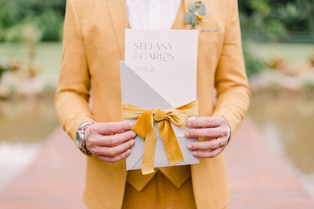 Editorial Yellow & Gray Noiva Ansiosa - Pantone 2021