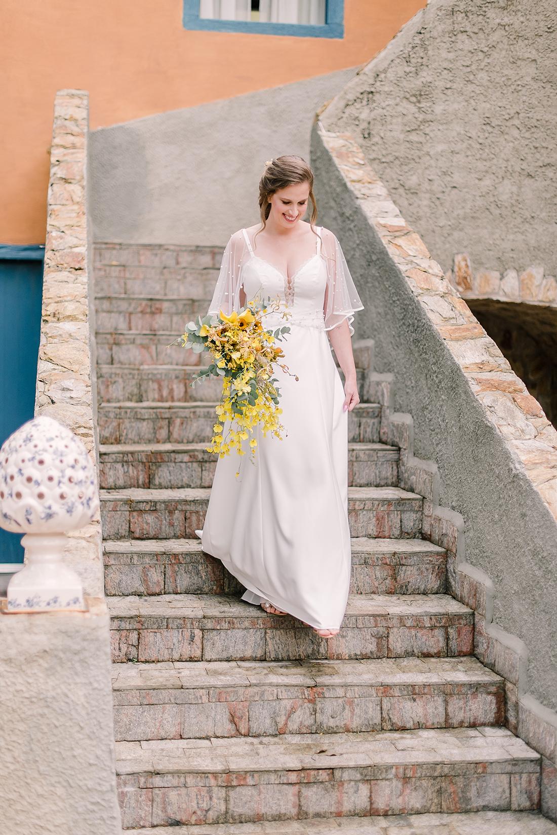 Editorial Yellow & Gray Noiva Ansiosa - Pantone 2021 - Noiva com vestido Helen Salles