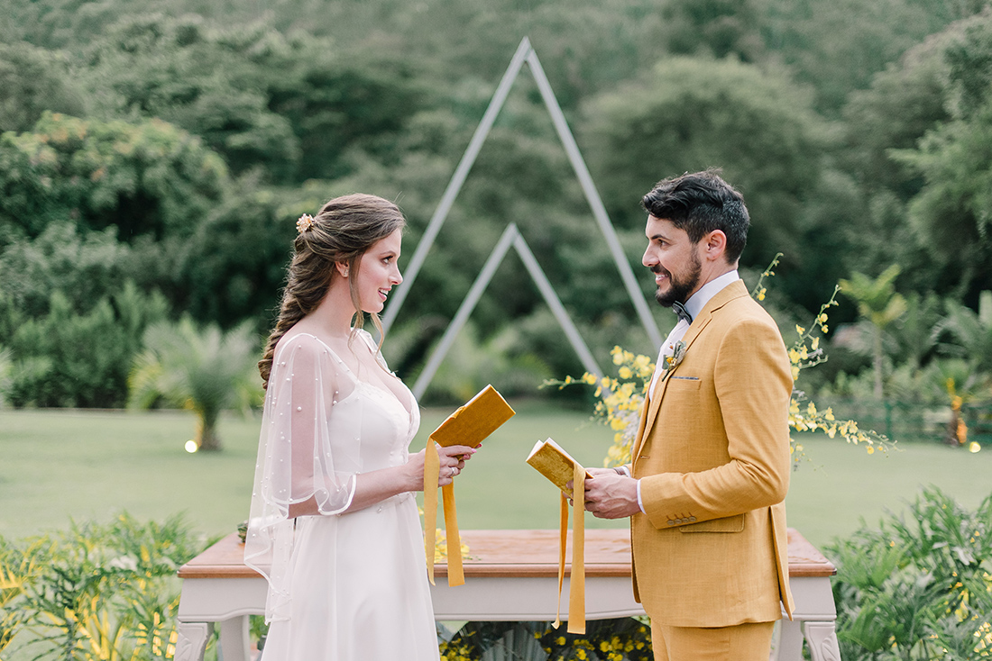 Editorial Yellow & Gray Noiva Ansiosa - Pantone 2021 - Votos